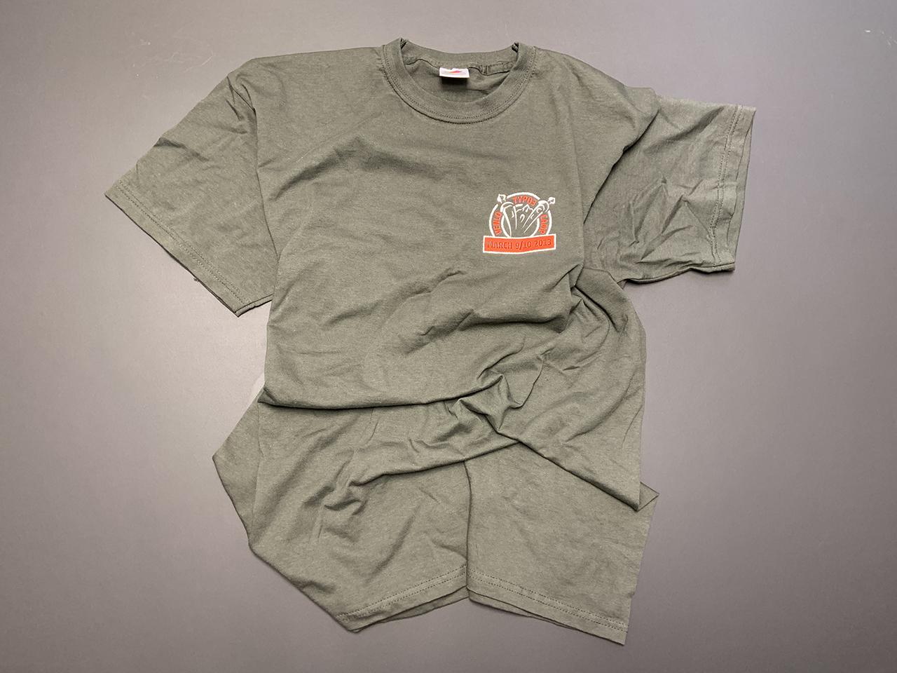Gräuliches Shirt mit orangenem Aufdruck